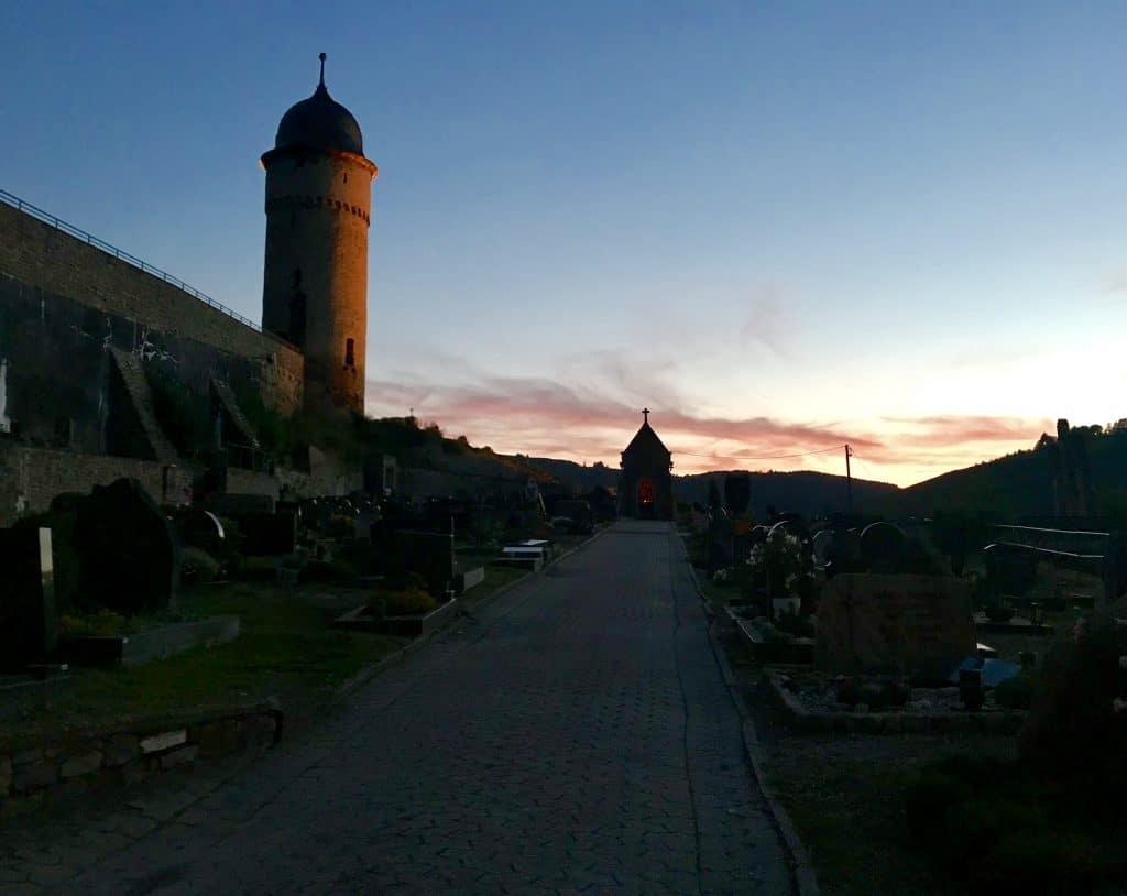 Der Runde Turm, ein Wahrzeichen der Stadt, nebst Friedhof