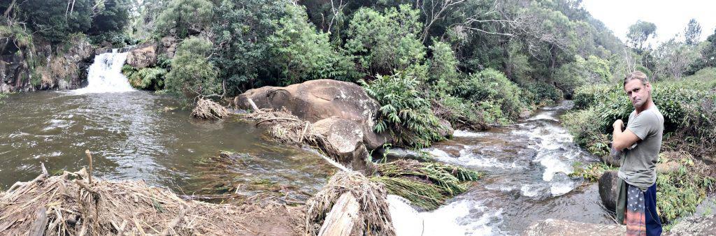 Von hier fließt das Wasser ein wenig wild zur zweiten Stufe und fällt dann in die Tiefe