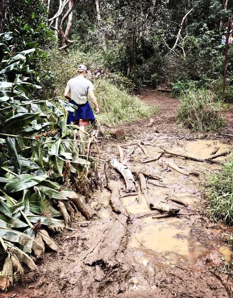 An den schlimm schlammigen Stellen halfen schonmal Baumstämme beim überqueren